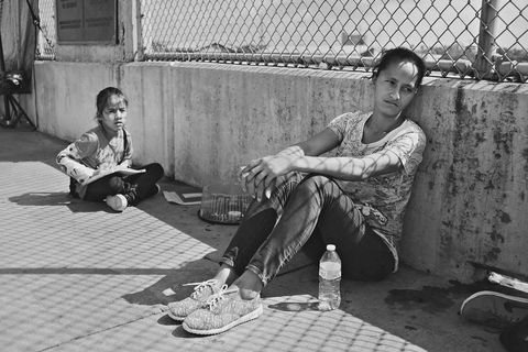 A Honduran woman on the border with her child