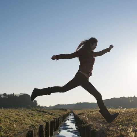 Women who jump over the brook