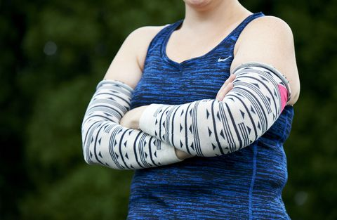 Sleeve, Shoulder, Joint, Elbow, Sleeveless shirt, People in nature, Neck, Beauty, Electric blue, Active tank,