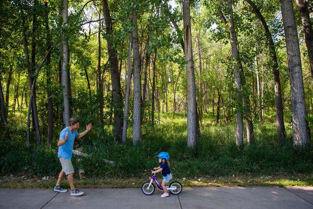 how to teach kids to ride balance bikes woom