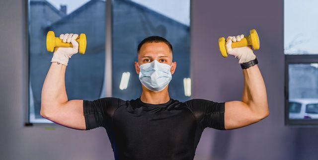 hombre haciendo ejercicio con mascarilla