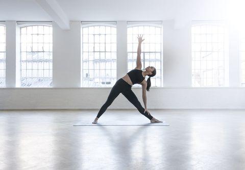 vrouw doet stretches in studio