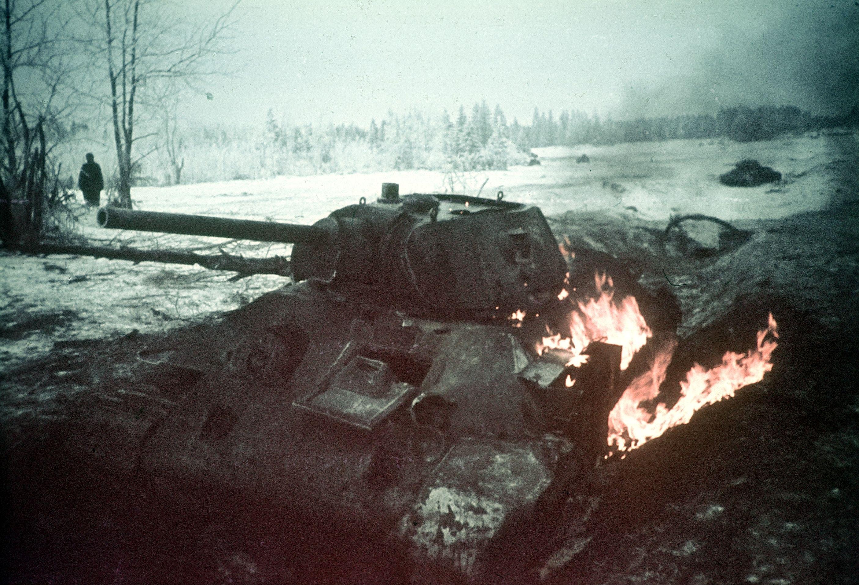 Um T-34 em chamas na Frente Oriental, inverno de 1943.