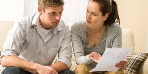 Couple inquiet parlant de leurs dépenses - vulnérabilité financière