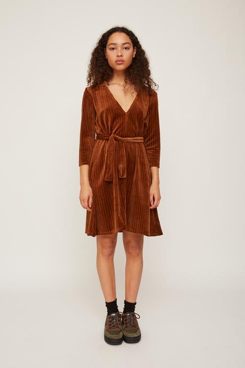 Clothing, Fashion model, Outerwear, Brown, Dress, Fashion, Coat, Beige, Shoulder, Footwear,