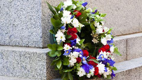 bloemenkrans met rode, witte en blauwe bloemen