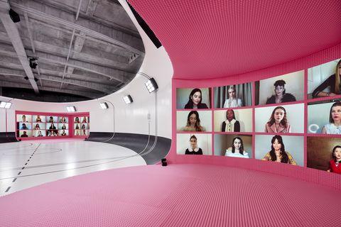 超模kate moss之女lila moss首度登上伸展台!miu miu 2021春夏系列走入夢幻粉紅體育館