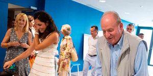 El rey Juan Carlos jugando al futbolín