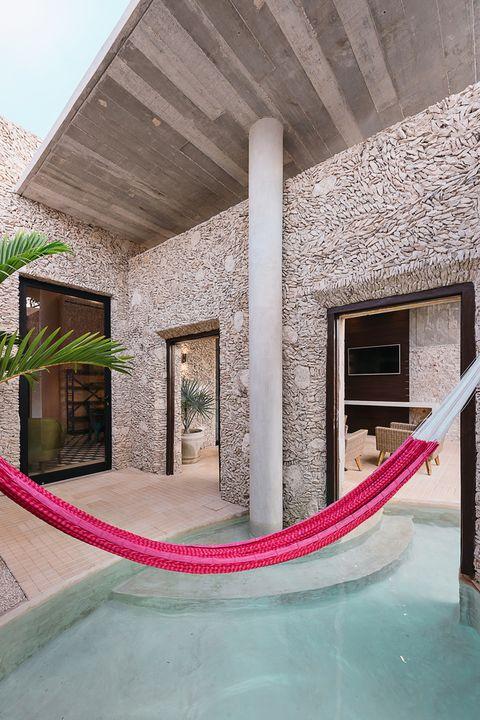 Una casa abierta al exterior con piscina