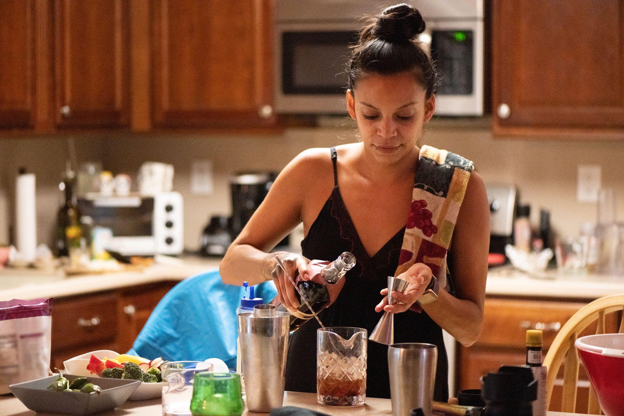 30χρονος Ισπανόφωνος γυναίκα μπάρμαν κάνοντας ποτά στο σπίτι στη Φλόριντα ΗΠΑ