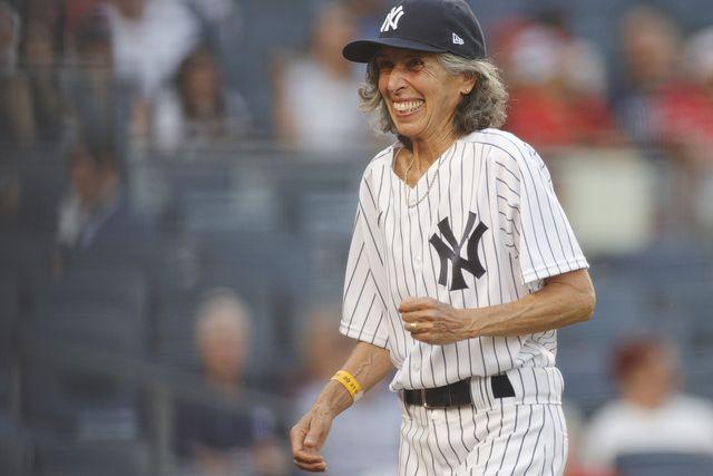 メジャーリーグベースボールの「ニューヨーク・ヤンキース」の始球式で、70歳の女性が投球したことが注目を浴びている。その理由は、それが彼女にとって60年越しの夢だったから――。「レッドソックスのファンだけど、ヤンキースを称えたい」、「幼い娘にも見せてあげたい」などのコメントが殺到している感動秘話をお届け。