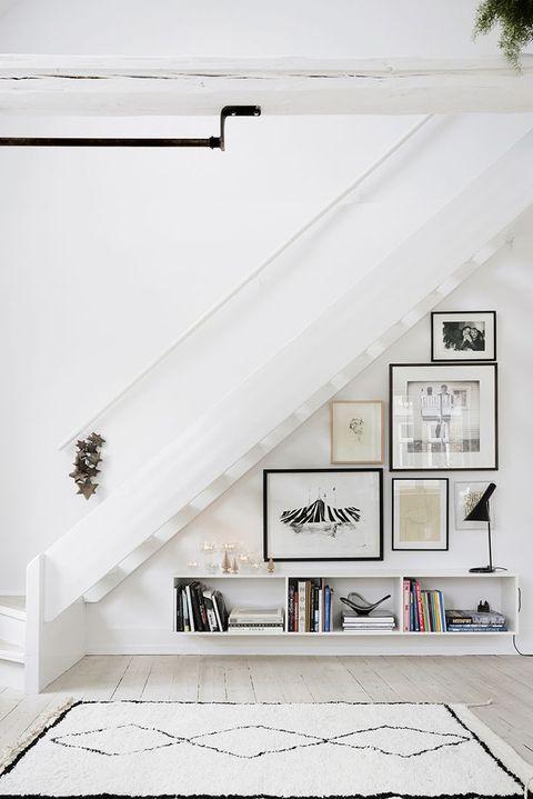 Escalera con muebles debajo