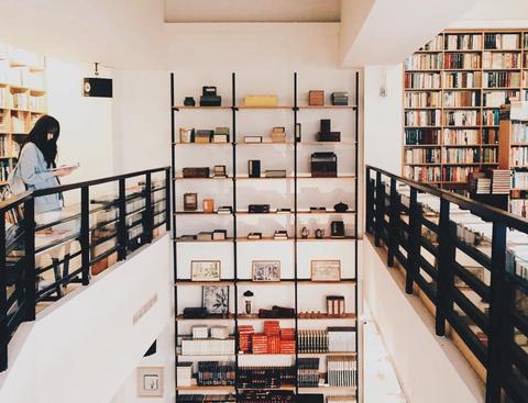 書店是生活中不可或缺的一道風景,不妨讓逛書店成為一種生活的必要,店長道著書的可貴在於流動,請來訪的顧客讓細心與善意的對待成為一種回饋形式。  地址:台南市中西區慶中街68號
