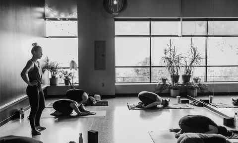 Physical fitness, Black-and-white, Monochrome, Standing, Room, Monochrome photography, Sitting, Exercise, Style, Gym,