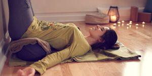 Vrouw doet thuis yoga