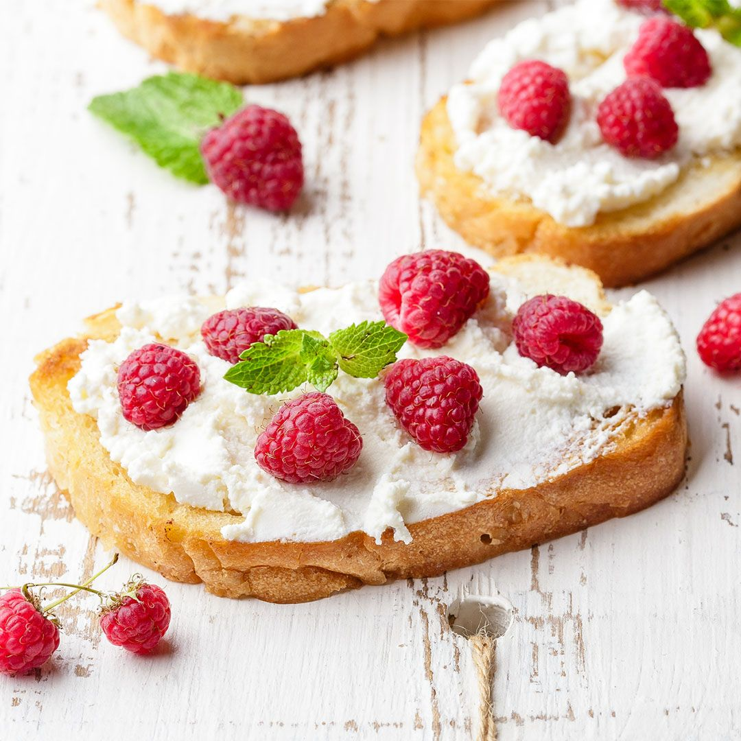 Toast with ricotta cheese and raspberries