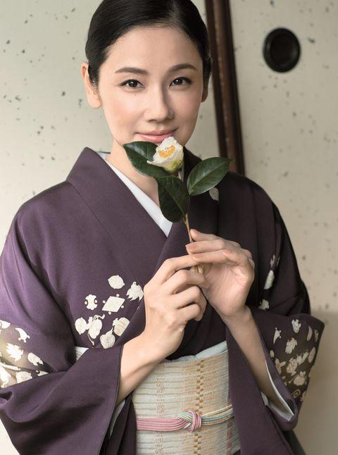 吉田羊さん 濃い紫地の小紋