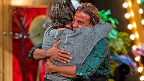 yotuel y david bustamante se abrazan para despedirse tras la expulsión del cantante cubano de masterchef celebrity 6