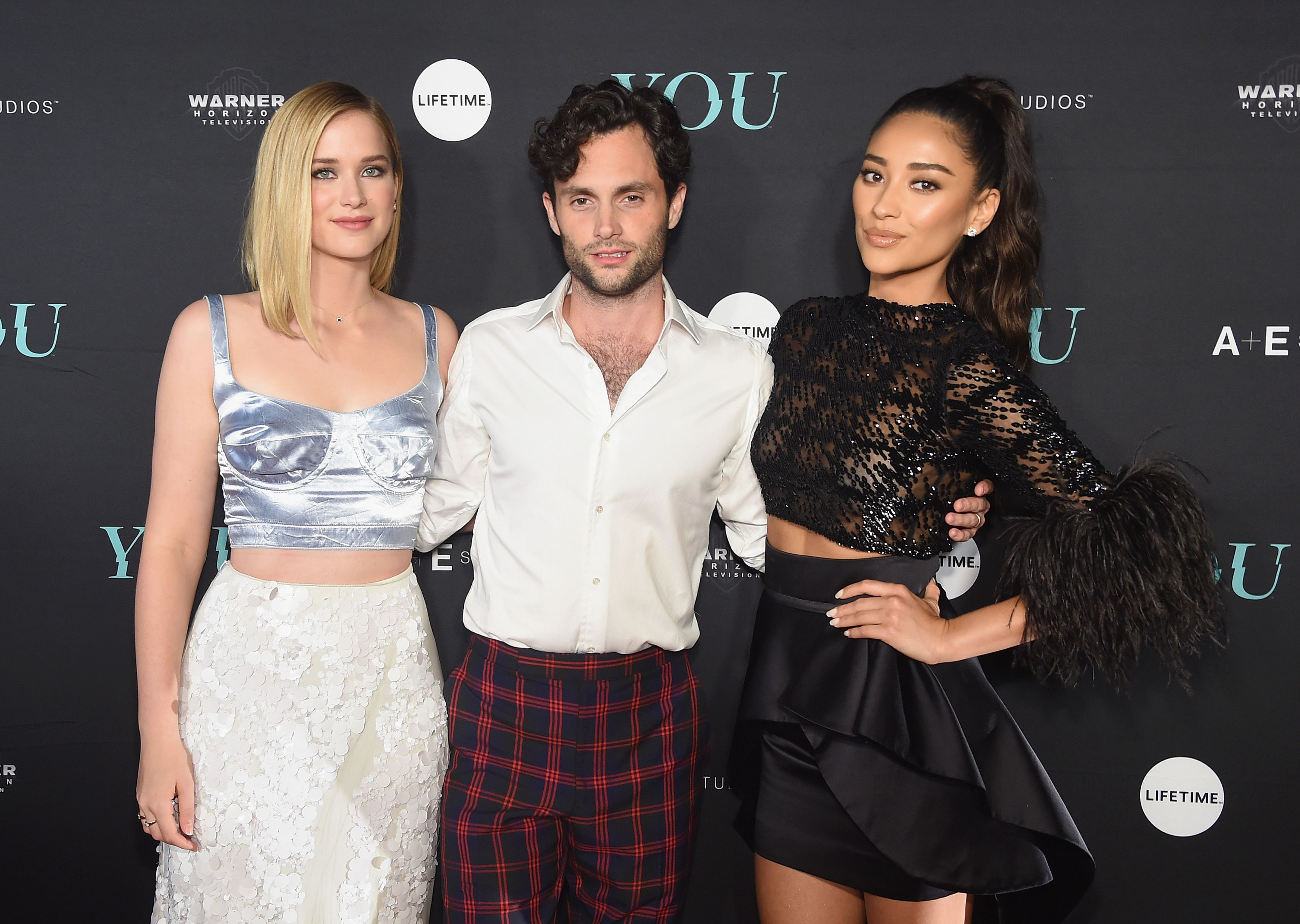 Arriva You, la serie tv conturbante con Penn Badgley di Gossip Girl e Shay Mitchell di Pretty Little Liars