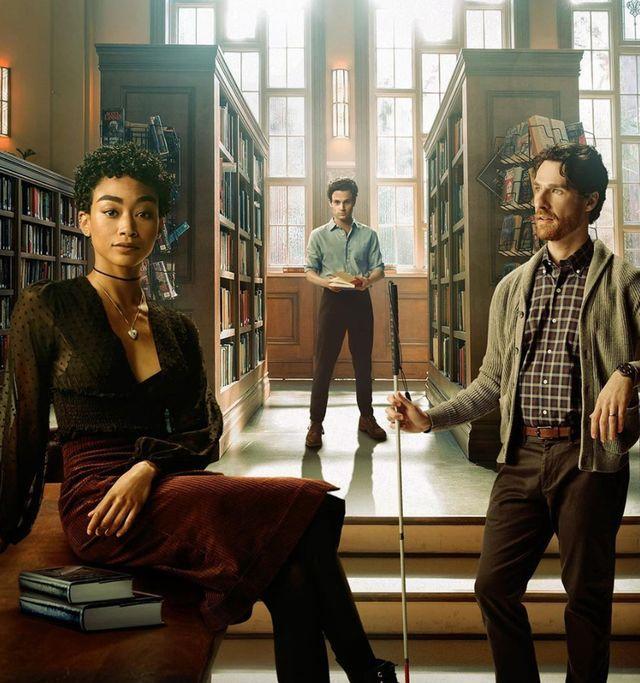 joe en una biblioteca con dos de los nuevos personajes de la serie