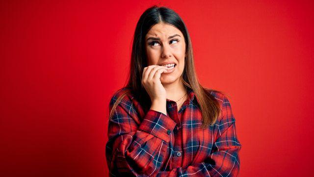 jonge vrouw maakt zich zorgen, bijt nagels