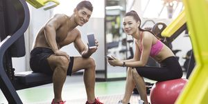 Young couple resting at gym, ヌーム, noom, ダイエット, Diet, 正月太り, 対策, デブ