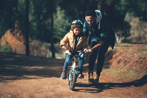 cómo enseñarle a un niño a andar en bicicleta