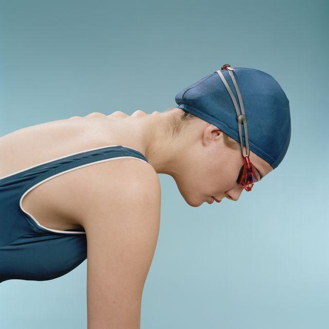 nadadora de perfil con vértebras protuberantes