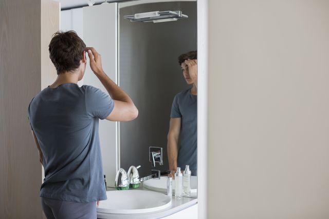 hombre frente al espejo