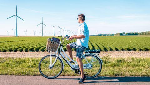 jonge man op e bike