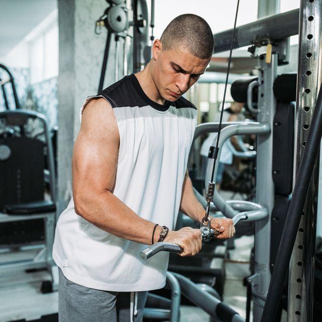 entrenamiento de tríceps en polea