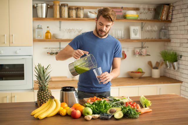 hombre zumo fruta verdura