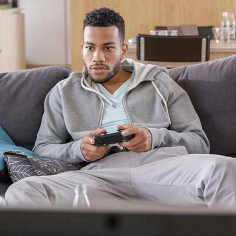 最悪なデート 体験談 Young man playing video game