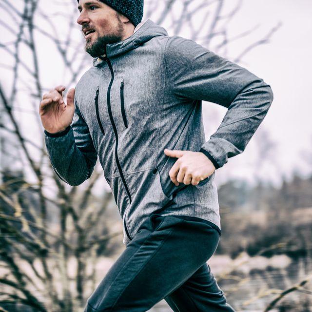hombre corriendo frio