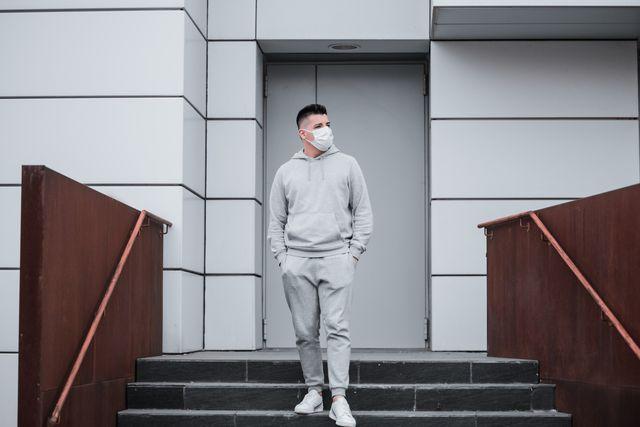 hombre con chándal gris