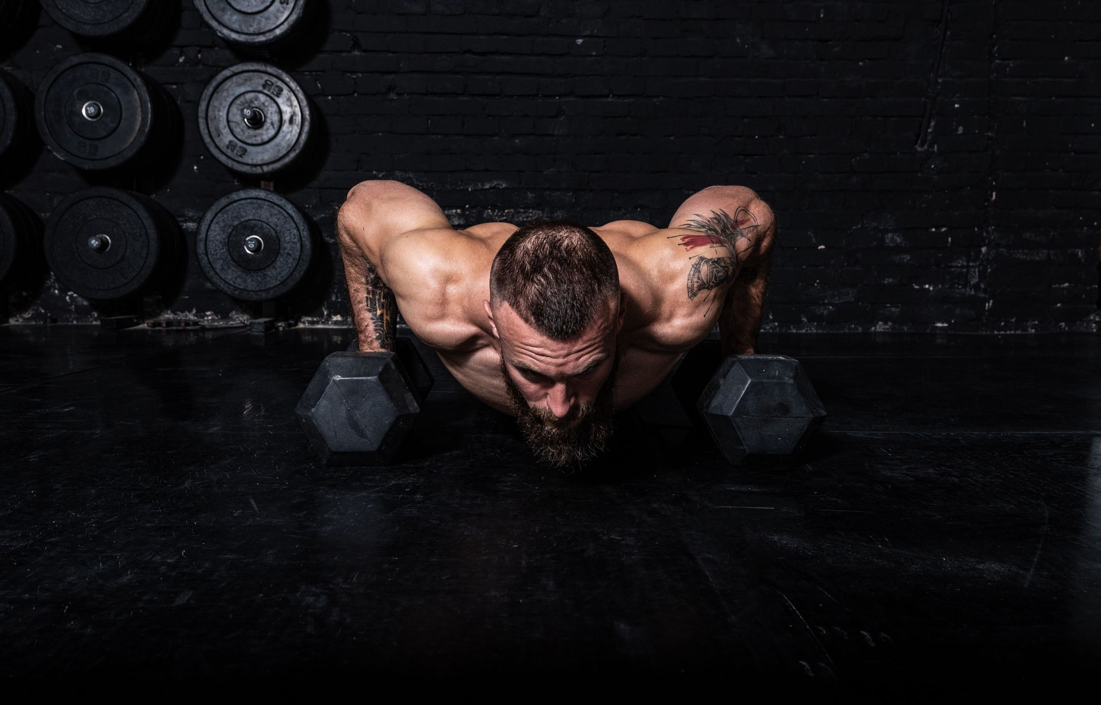 This 6-Move Dumbbell Workout Is Designed to Burn Fat and Build Muscle at Home