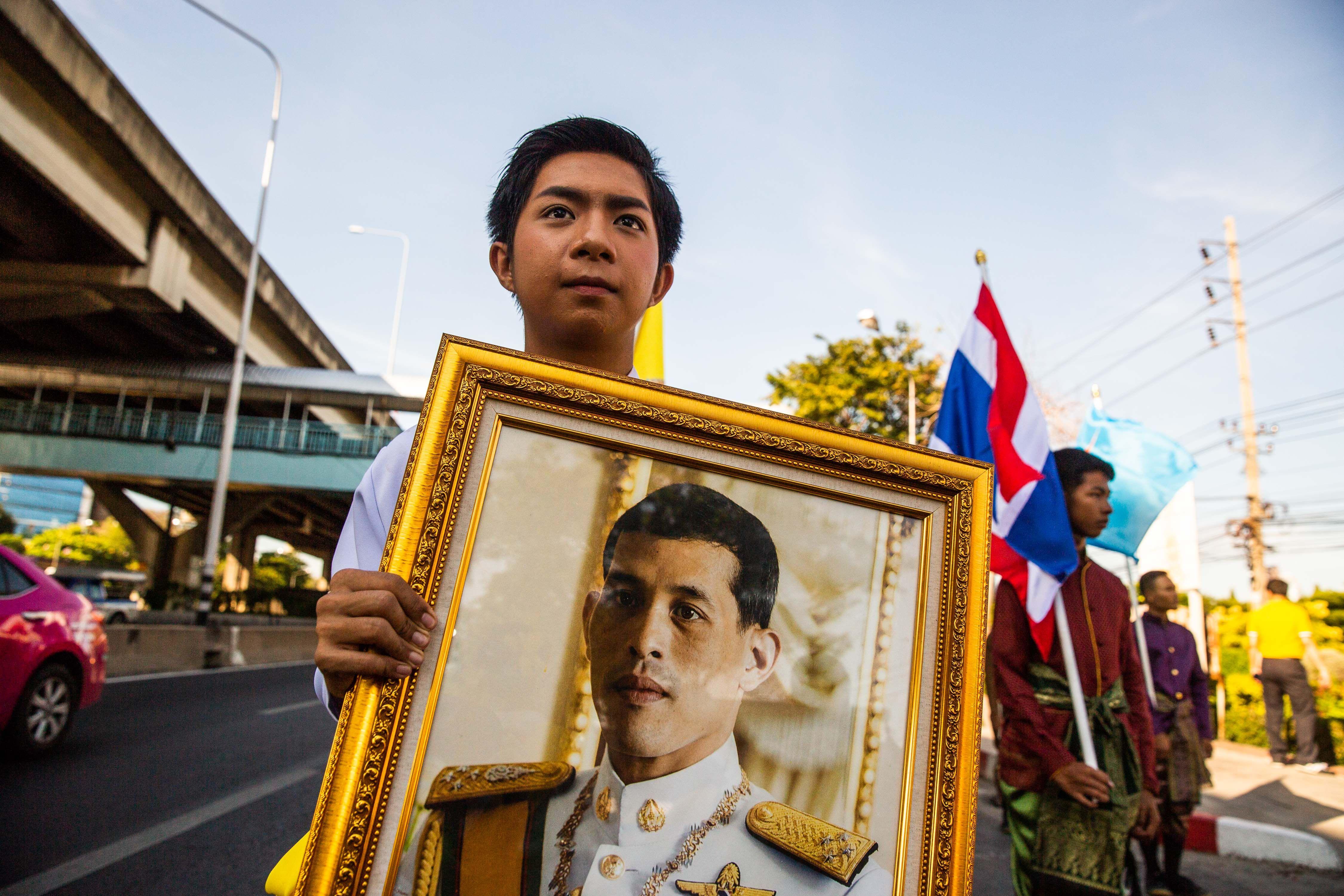 王妃 タイ 国王 タイ国王 王妃と別の配偶者を刑務所から釈放