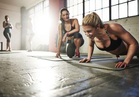 jonge vrouw push up in de sportschool