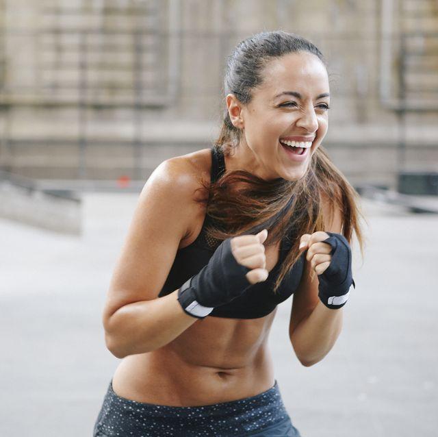 Mujer boxeando con guantillas