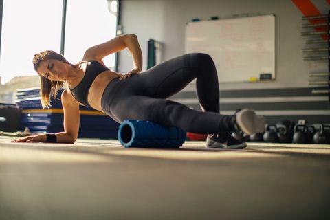 Mujer trabajando con el foam roller.