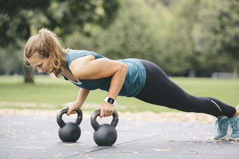 ejercicio con pesas entrenamiento de brazos