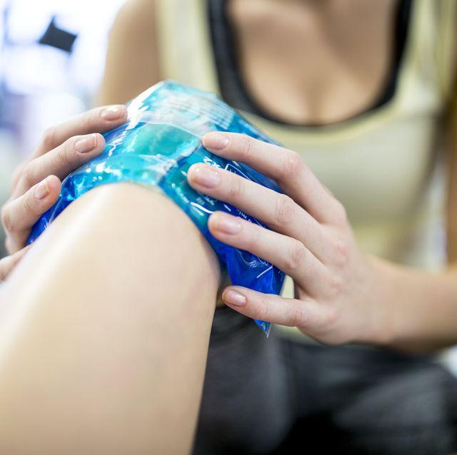 mujer aplicándose gel frío en la rodilla