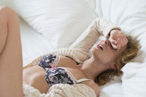 mujer joven en la cama