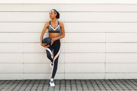 mujer con sujetador deportivo y leggings a juego para entrenar