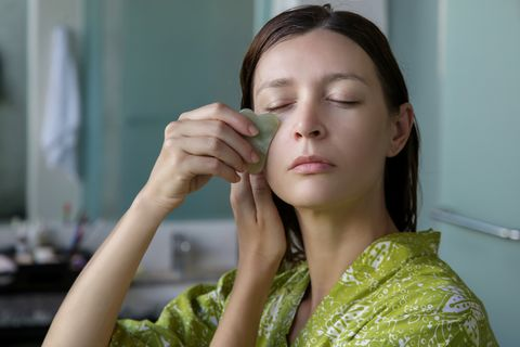 ig爆紅的臉部刮痧法,每天3分鐘就能瘦臉?刮痧5大迷思、怎麼選適合的刮痧板全解答