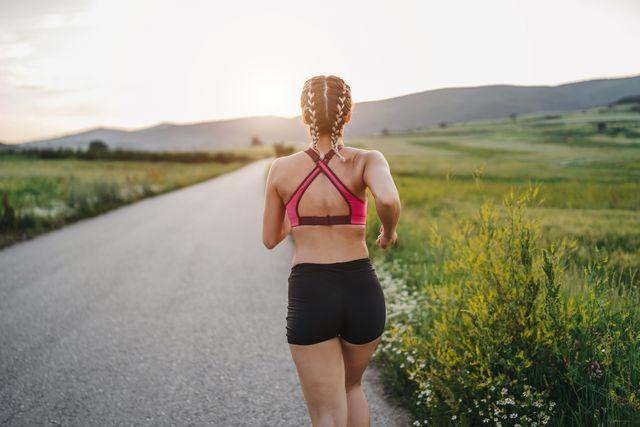 mujer joven corriendo en la naturaleza