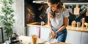 vrouw-pizza-maken