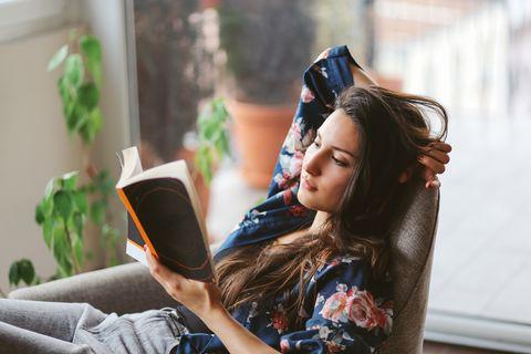 Mujer leyendo en el sofá