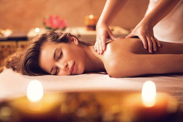 una donna si rilassa durante un massaggio