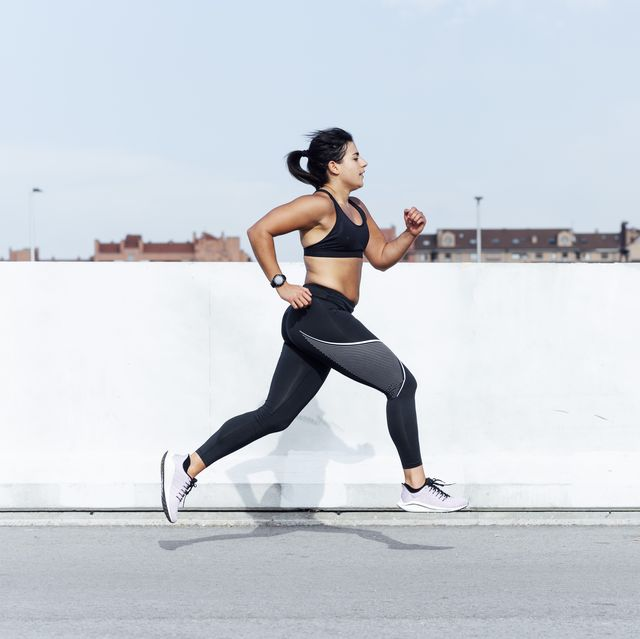 mujer corriendo en la ciudad